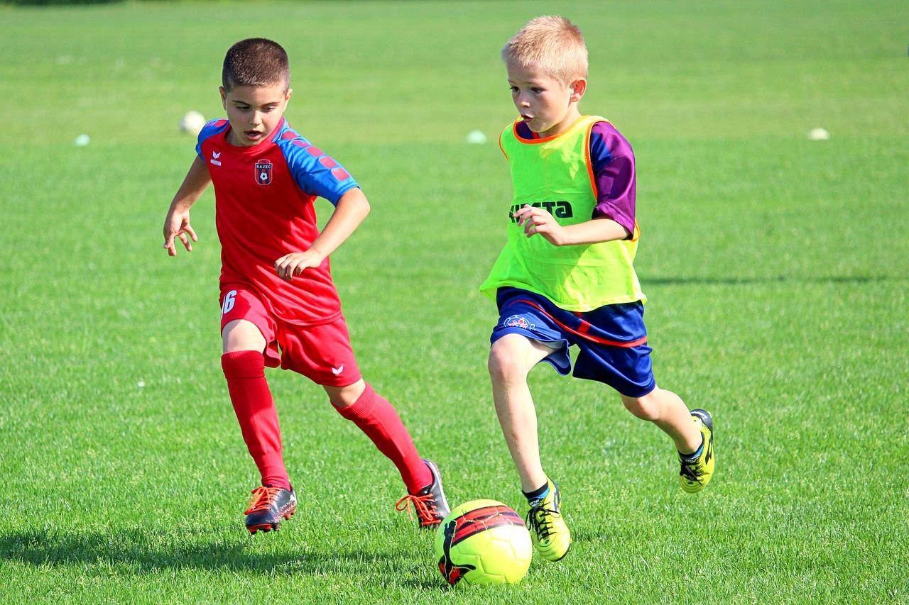 2 Jungs beim Kinderfußball